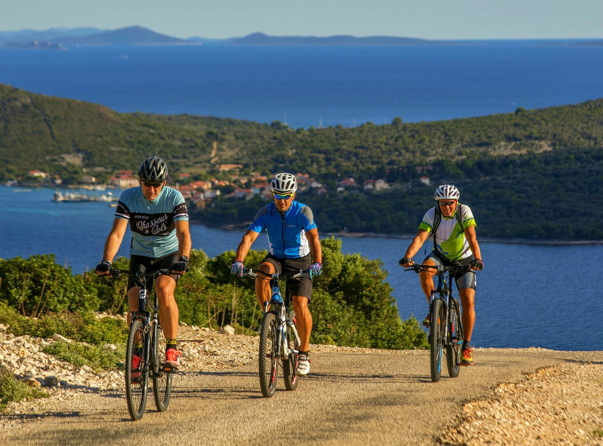 Cycling tour across Lošinj, you get to see the island Ist in the south